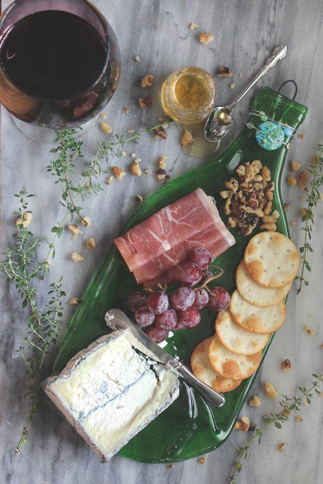 Se puede utilizar una botella de vino como aplanado s Bandeja para servir, cuchara o un resto arte de la pared.