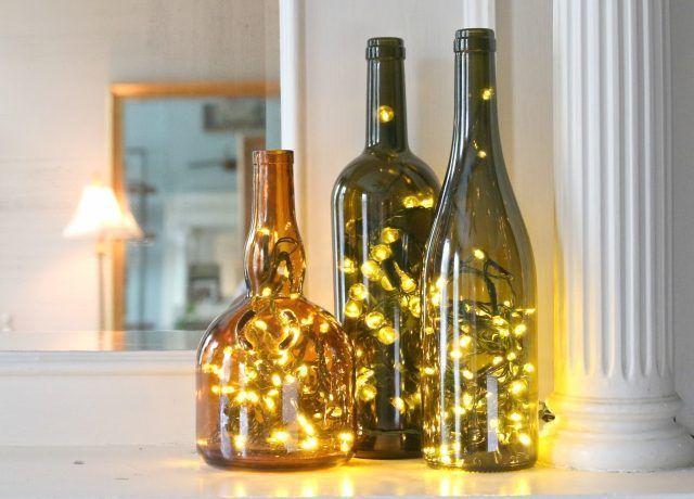 Utilice luces LED dentro de botellas vacías de vino para alegrar cualquier espacio.