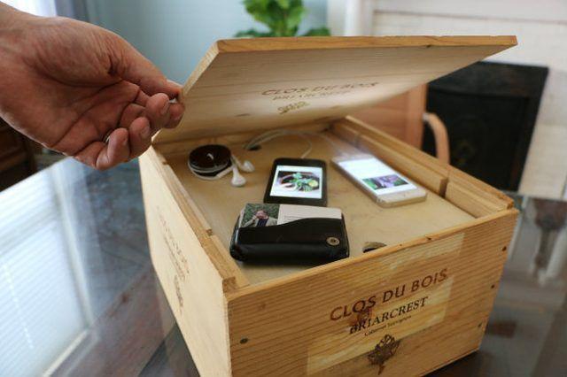 Use un viejo cajón de vino como una estación de carga moderna.