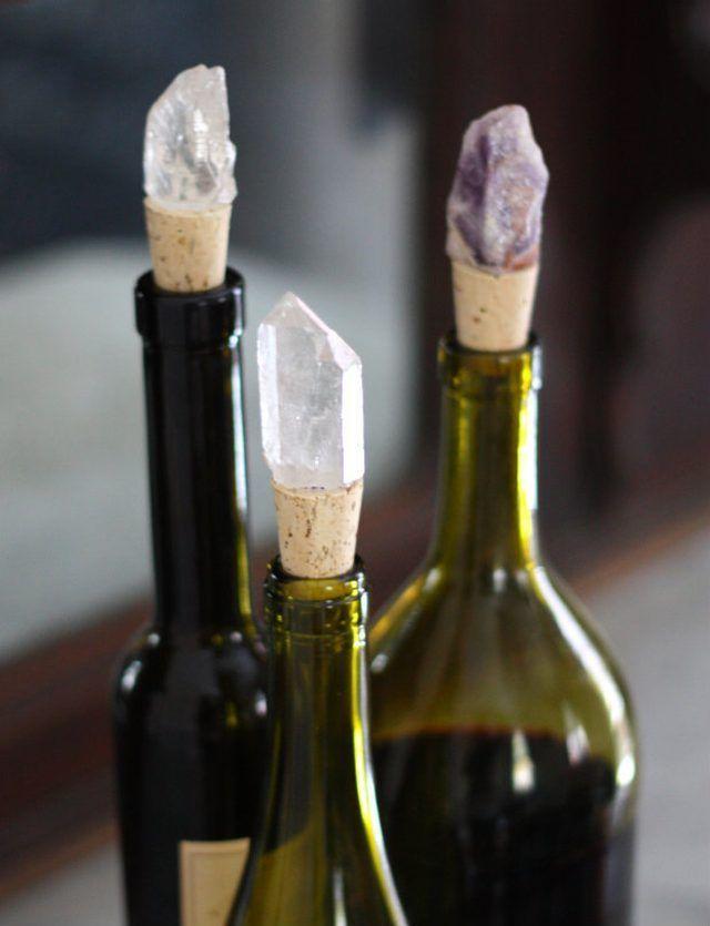 Fancy una botella de vino con presupuesto de estos tapones de vino con piedras preciosas.