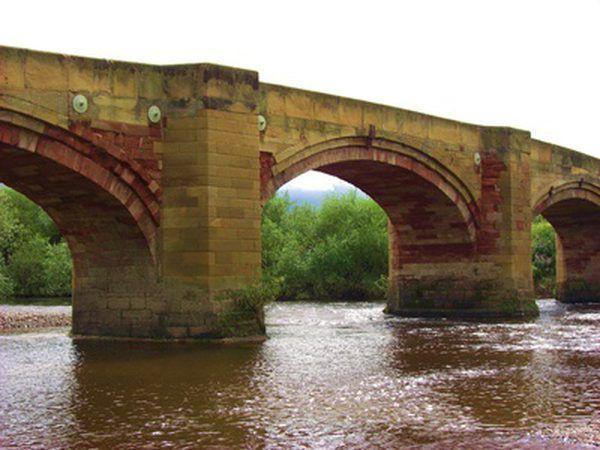 puentes de arco fueron construidos por los griegos, pero perfeccionado por los romanos.