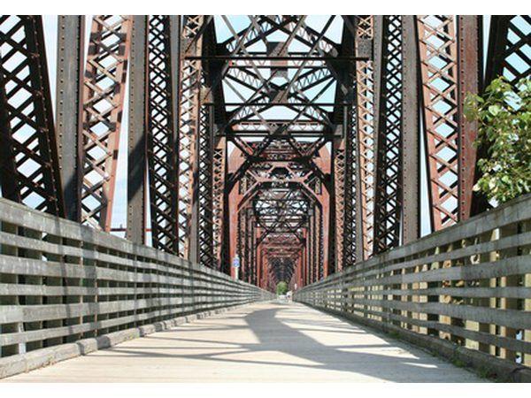 puentes de viga menudo son utilizados por los ferrocarriles debido a su fuerza.