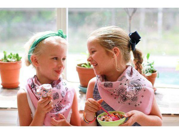 Las amistades consiguen más dulce en sociales de helados.