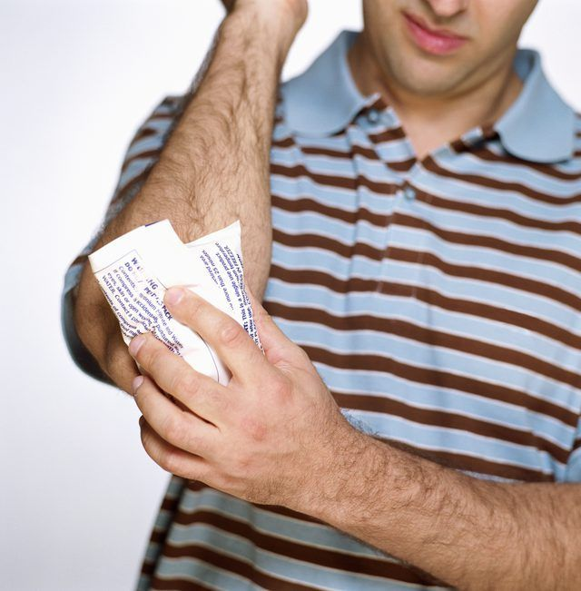 Es típico que los jugadores a aplicar hielo en su codo de lanzar para mantener la hinchazón de los músculos alrededor del codo.