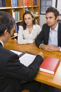 Consulte con un abogado sobre la violación de los empleados de contrato.