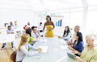 Mujer que da seminario sobre la formación de equipos en lugar de oficina