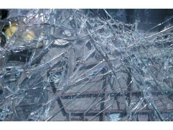 Los accidentes de tráfico causan daños a los coches, así como individuos