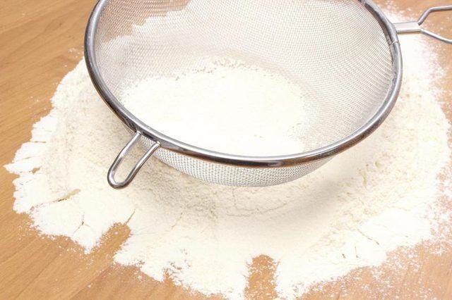 harina de repostería en tamiz.