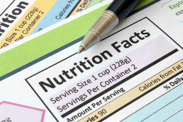 Primer plano de las etiquetas de nutrición.