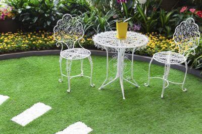 Rodear una pequeña mesa y sillas con plantas cuidadosamente seleccionados para crear un refugio al aire libre de invitación.