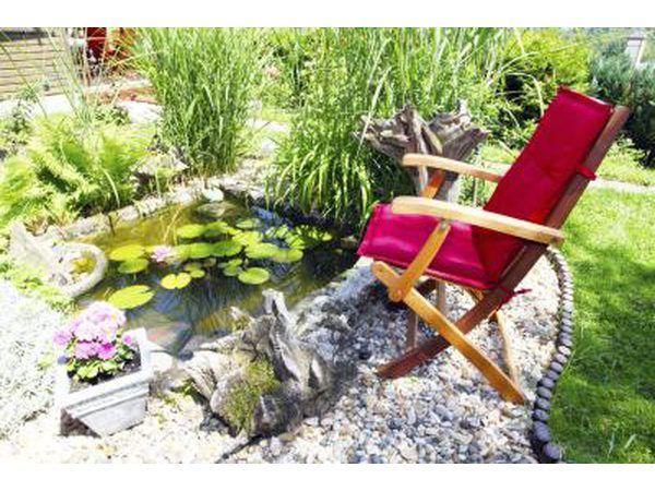 Un patio con un pequeño estanque.