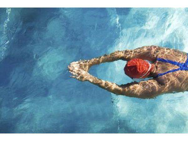 La natación es una excelente manera de trabajar fuera de su pecho.