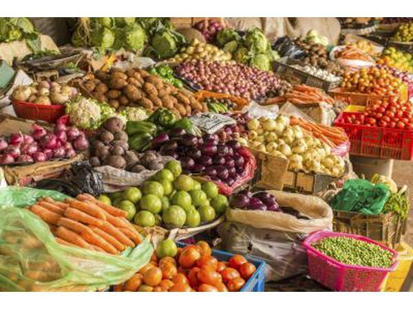 Variedad de frutas y verduras en el mercado