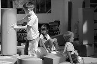 Los niños aprenden mucho de su comportamiento social en la guardería.