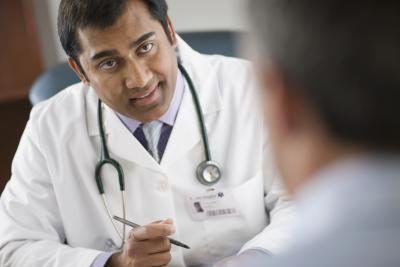 Doctor que explica al paciente