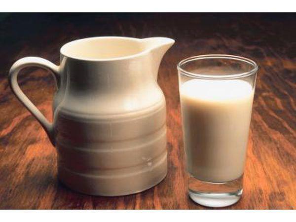 Una jarra y vaso de leche.