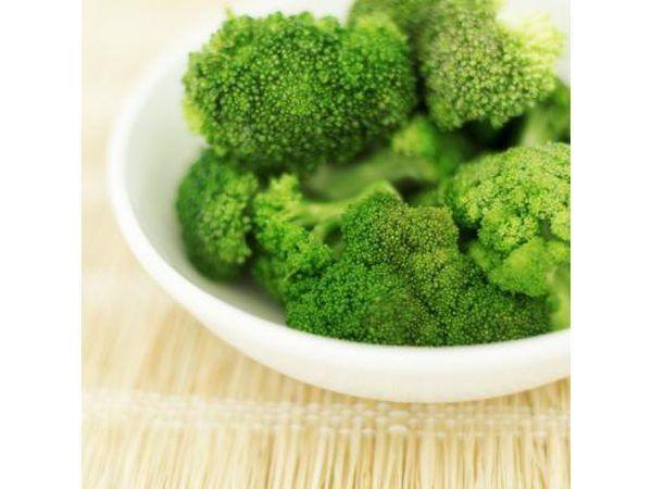 brócoli fresco en un tazón.