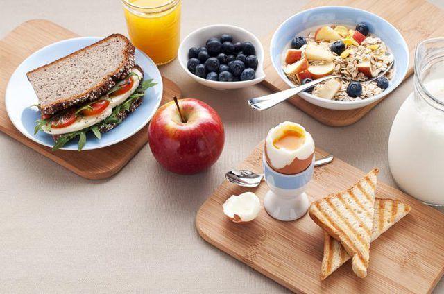 Equilibradas desayuno y el almuerzo los alimentos ricos en hidratos de carbono.