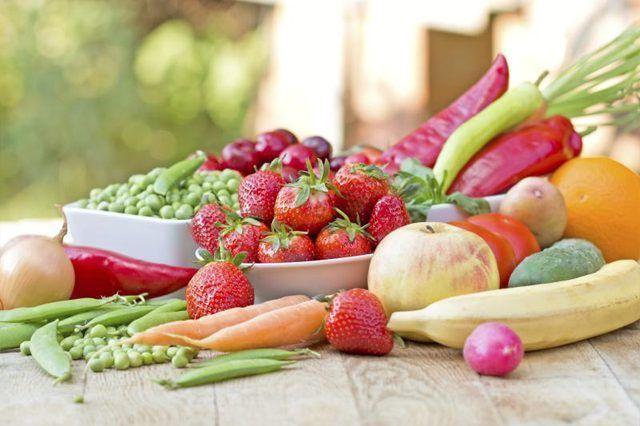 frutas y verduras frescas en una mesa al aire libre.