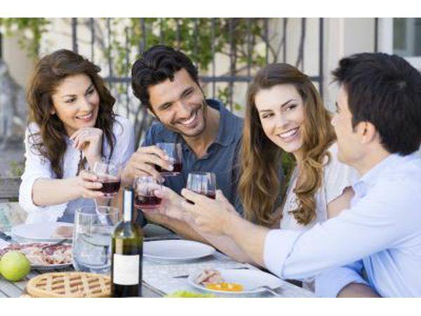 amigos bebiendo vino y sonriendo
