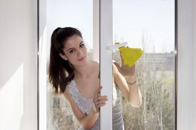 amoniaco-basados comercio limpiadores de ventanas para el viejo y simple jabón para lavar platos y agua.
