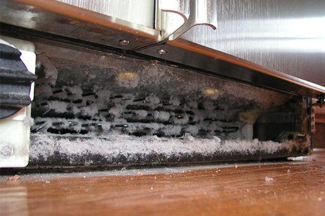 Limpieza de los serpentines del condensador al menos una vez al año para extender la vida de la nevera.