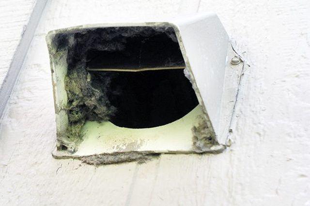 Limpiar la rejilla de ventilación secadora al menos una vez al año para evitar un peligro de incendio.