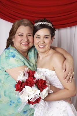 La madre de una novia debe dar un regalo lleno de historia familiar.