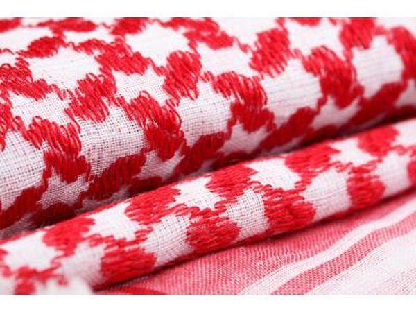 mantas dobladas con rojo y blanco