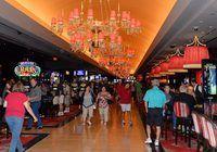 La gente que camina por el interior de un casino.