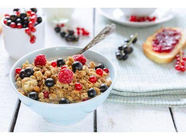 Un tazón de cereales con un poco de fruta fresca.