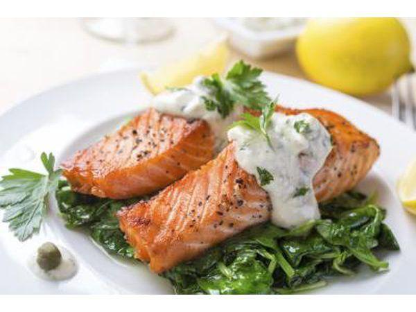 salmón a la plancha con salsa de crema de espinacas.