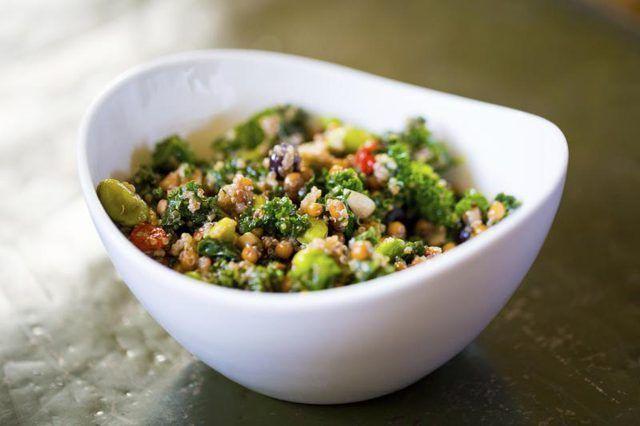 Un plato de ensalada con quinua.
