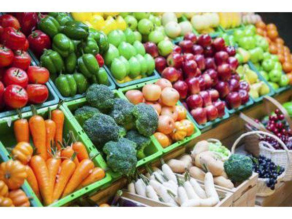 Las frutas y verduras para la venta en un mercado.