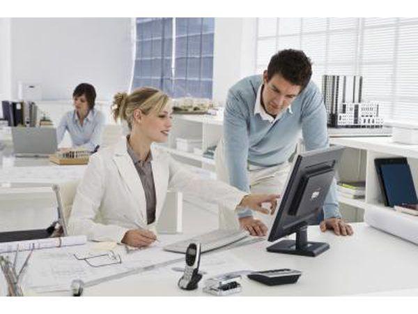 Mujer que señala a la pantalla del ordenador en el trabajo