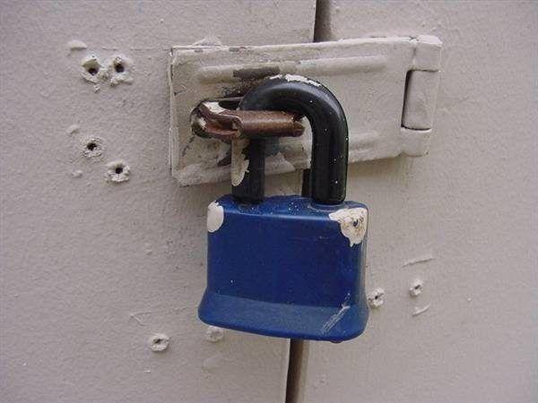 Un candado se utiliza normalmente en conjunción con un cerrojo.