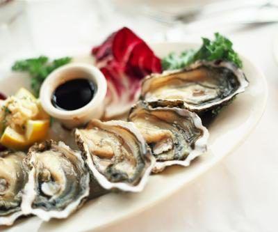 Las ostras en una placa