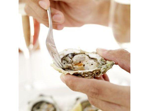 Usando un tenedor en la ostra