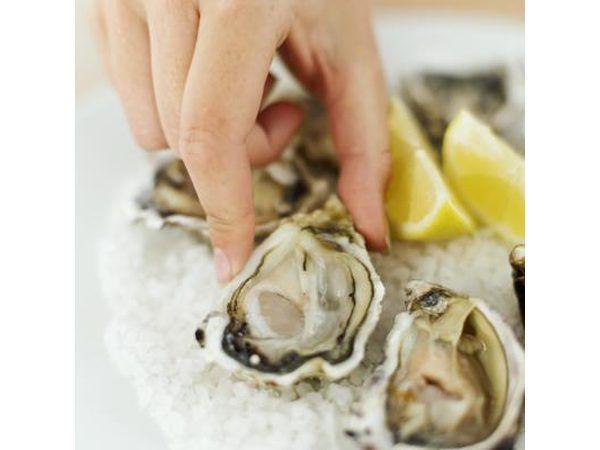 Mano de ostras recogiendo