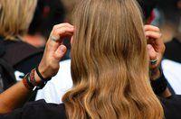 El uso de tratamientos de aceite caliente sobre el cabello puede mantenerlo sano y brillante.