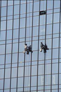 limpiadores de ventanas en edificios de la ciudad tienen una excelente vista para el trabajo peligroso.