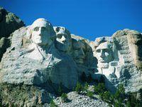 Monte Rushmore, cerca de Keystone, Dakota del Sur, representa esculturas de cuatro líderes famosos de Estados Unidos: George Washington, Thomas Jefferson, Theodore Roosevelt y Abraham Lincoln.