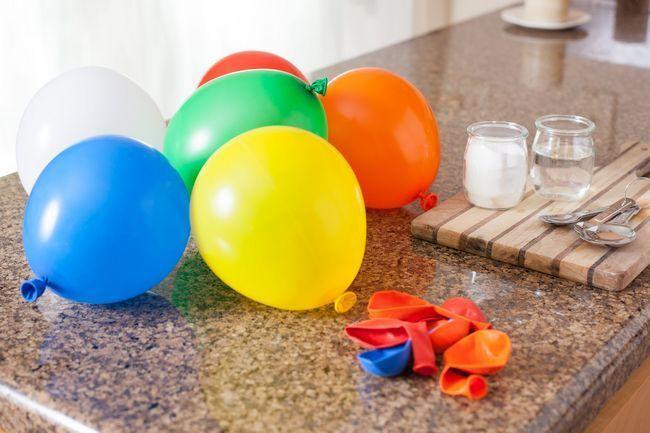 Cómo inflar un globo con bicarbonato de sodio y vinagre