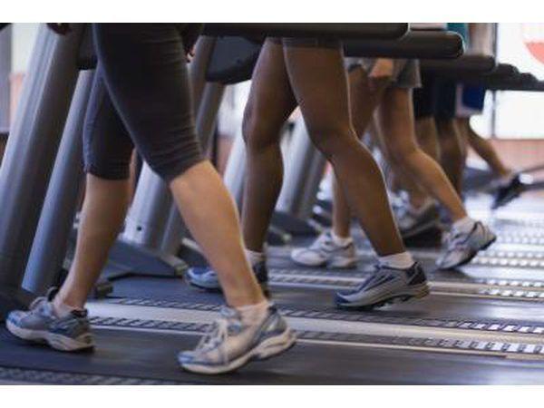 la gente que camina en cintas de correr