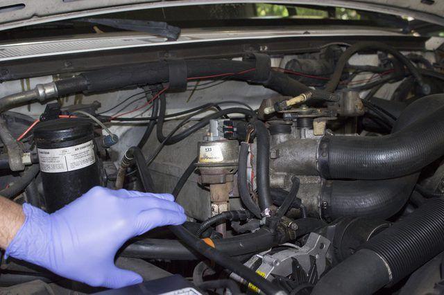 Cómo limpiar y reparar una válvula EGR