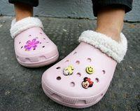 Primer plano de Crocs en una niña`s feet.