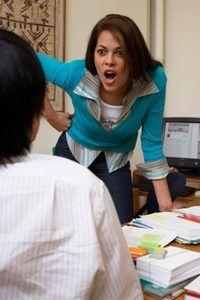Hacer una gritando, una falta de respeto compañero de trabajo cambie sus formas.