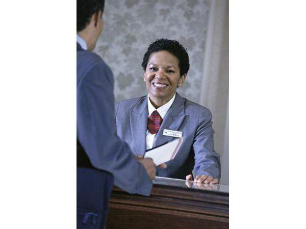 Sonreír y ser positivo cuando se trata con clientes difíciles.