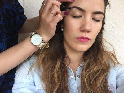 Mira en el espejo después de cada par de pelos para evitar el exceso de depilación con pinzas.