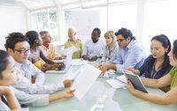 Amplia mesa redonda con los empleados